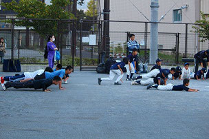 負けたチームは腕立て伏せ。中学生達の美しい腕立て伏せを見習いなさい。