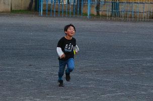 楽しそうに走っていたTAIT君。走るのを速くして、来年のリレー選手を狙っているらしいです。練習をすればきっとなれるよ。
