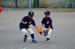 弟の球を横取りする兄。