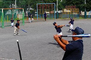 昨日の練習試合を受けて、バッティング強化が必要だと感じた3、2年生たち。