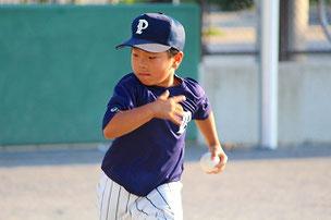 YOS君。全体練習が終わった後も志願して居残り練習に参加。打球から逃げないのできっと上手になりますよ。