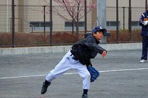 走り方もそうなんだけど、投げるときも少しがに股になるクセがあるね。