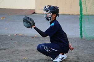 YURさんの球を受けてくれたお久しぶりのSHUN君。プロテクターを着けようとしないので、あばら骨でも折ったらどうしようかとヒヤヒヤしちゃいました。YURさんの球が直撃したらポキッといっちゃうかもよ・・・