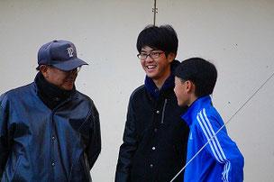 昨年卒業したOBが遊びに来てくれました。身長が伸びたね。監督も嬉しそうです。
