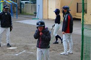 Hちゃん、暑い日も寒い日も、練習に来てくれてありがとうね。球を投げるのがとても上手になったよ。中学校に行ってもがんばってね。