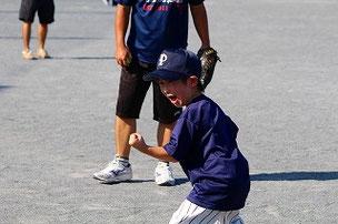 気合のガッツポーズ!! 今日のYくんは元気いっぱい。 ピッチャーゴロを打ったYくんが、一塁ベースを通り越して、延々と試合中のA面グラウンドまで走って行ったので焦ってしまいました。