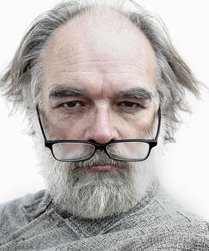 Smarter Typ mit Brille sollte hier erscheinen.