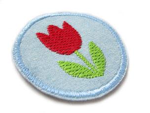 Bild: kleiner Jeansflicken zum aufbügeln mit gestickter roter Tulpe