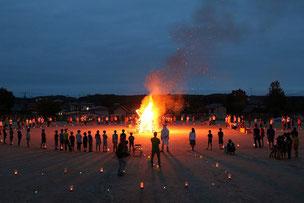 毎年恒例のキャンプファイヤーと花火