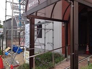 左側拡張部分の外壁が出来、入り口部分はまだ以前の手すりが残っている状態です。
