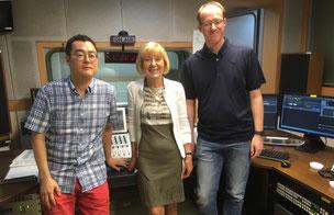 Bumsuk Lee, Sylvia Bräsel, Sebastian Ratzer im Studio von KBS World Radio