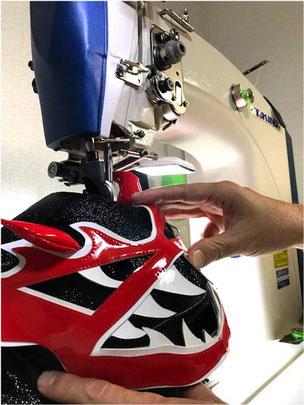 マスクの制作には、微妙なライン、革だけでなく合皮や異素材の重なりをきれいに縫えるミシンが必要です。