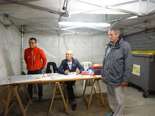 Alain, Dan et Jean-Mich à la table de marque