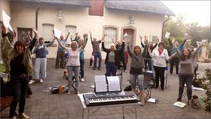 Die erste gemeinsame Singprobe der Rainbow Singers im Freien (Rathausparkplatz, Wendelstein) nach den Corona-Lockerungen in Bayern