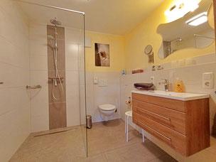 modernes Bad zum Gästezimmer Eifel