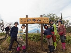 丹沢山標識の中の富士山
