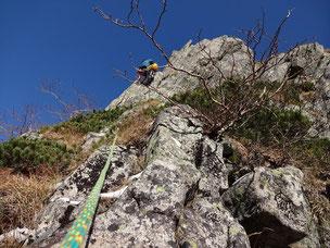 スラブ帯から右の尾根に入るとすぐに3級程度の岩場が