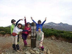 朝日岳山頂(2,418,3m)にて 後ろは左が白馬岳、右が旭岳