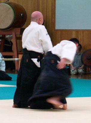 正面打ち一教裏②入り身転換で左半身の陰の魄氣から前の足を後方に置き換え、