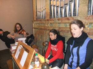 """Die Solisten des Chores. Von links: Annkathrin Blank (Geige), Dr.  Susanne Kern an der Orgel und Leiterin Karin Hottner, hier gemeinsam  beim Weihnachtslied """"The first Noel...!"""""""