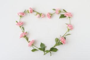 ピンクのバラの花冠。ハート形。