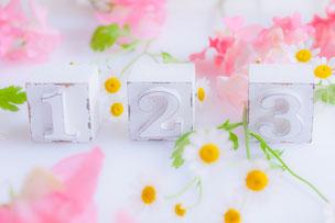 1、2,3と書かれたオーナメント。スイトピーとマーガレットの花。