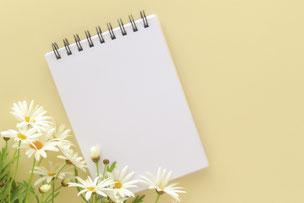 マーガレットの花とメモ帳。