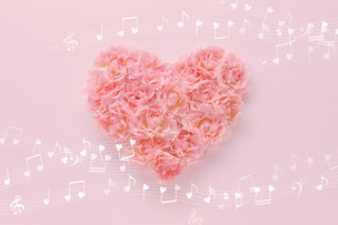 ピンクのバラのハート形のアレンジメント。ワクワク心躍る。