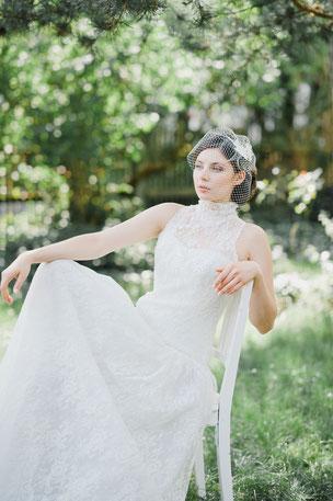 Ein wunderschöner, aufwendiger Fascinator für die Braut aus feinster Spitze, umspielt von einem zarten Netzschleier der für einen geheimnisvollen Look sorgt.