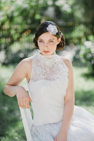 Bezaubernd: Eine romantisch verspielte Blüte aus Spitze mit einer Perle in der Mitte als kleiner Blickfang.  Wunderschön variabel, ob zu offenem Haar oder zu einer Hochsteckfrisur oben, seitlich oder hinten gesteckt, einfach romantisch schön!