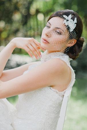 Ein wunderschöner Fascinator für die Braut aus feinster Spitze, umspielt von einem zarten Netzschleier der für einen geheimnisvollen Look sorgt.
