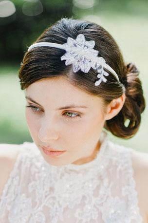 Einfach traumhaft: verspielter, zarter Haarreif mit feinster Spitze, die von süßen Perlen und Pailletten umspielt werden. Ein toller Akzent für den schönsten Tag.
