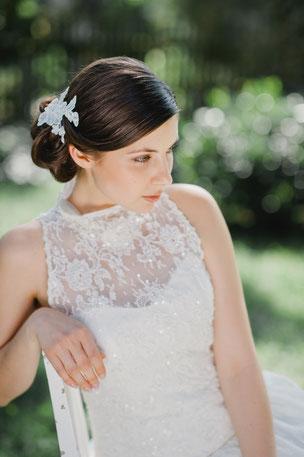 Bezaubernd: Ein romantisch verspielter Haarschmuck aus feinster Spitze, die von süßen Perlen und Pailletten umspielt werden.  Perfekt für die romantische Braut oder den Vintage-Look!