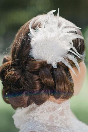 Romantisch, verspieltes Headpiece aus Federn und feinster Spitze, geschmückt mit süßen Perlen und Pailletten.  Ein exquisiter Haarschmuck für den verspielten Braut-Look. Sagenhaft apart!