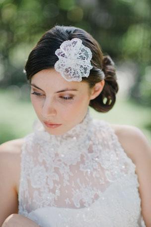 Luftige Blüte aus Spitze in einem natürlichen Elfenbein-Ton für einen verspielten Braut-Look.  Wunderschön variabel, ob zu offenem Haar oder zu einer Hochsteckfrisur oben, seitlich oder hinten gesteckt, einfach romantisch schön!