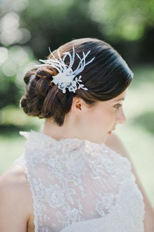 Entzückend edler, kleiner Haarschmuck aus Federn und feinster Spitze, die von süßen Perlen und Pailletten umspielt werden.  Wunderschön für die romantische Braut oder den Vintage-Look!