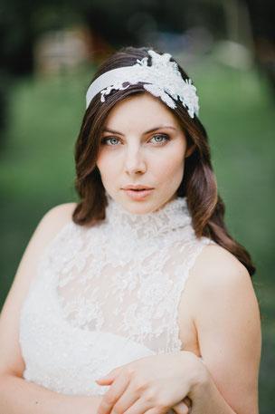 Eleganter Vintage Haarband mit einer Applikation aus feinster Spitze, die von süßen Perlen und Pailletten umspielt werden.