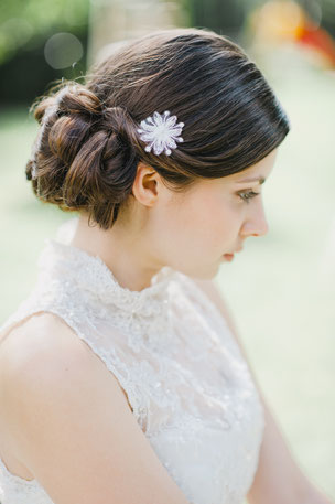 Zarte, kleine Blüte aus feinster Spitze, die von süßen Perlen und Pailletten umspielt werden.  Eine federleichte, zarte Blüte für den verspielten Braut-Look.