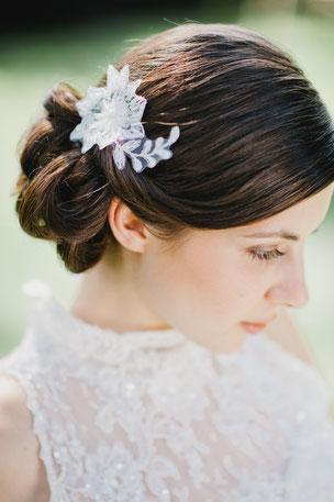 Einfach traumhaft: verspielter, zarter Haarschmuck aus feinster Spitze, die von süßen Perlen und Pailletten umspielt werden.  Ein toller Akzent für den schönsten Tag.