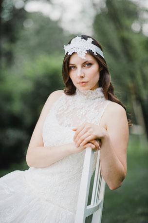 Eleganter Vintage Haarband mit einer Applikation aus feinster Spitze, die von süßen Perlen und Pailletten umspielt werden. Das Haarband wird hinten einfach zu einer Schleife oder Knoten gebunden.