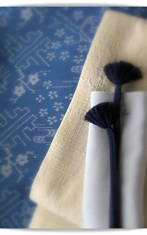 松枝玉記作久留米絣「花霞」松枝氏考案の柔らかな藍色が特徴です。帯は浦野理一。
