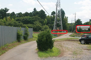 鉄塔の下が駐車場です。右側に見えるのが集合場所の家屋です