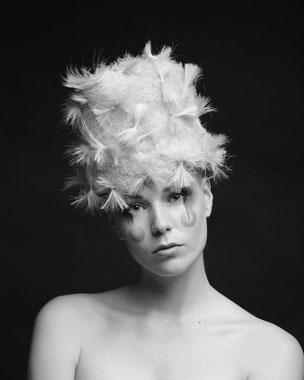 Photo Noir et Blanc, collection coiffures, Portrait, plan américain, mannequin, blonde, maquillage clown moderne, lignes graphiques et maquillage des pommettes, fard à paupières noirs, fards en coin externe, lèvres nudes, lèvres naturelles