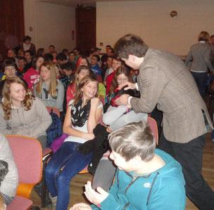 Vor der Vorstellung haben die SchauspielerInnen  mit den SchülerInnen Kontakt aufgenommen.