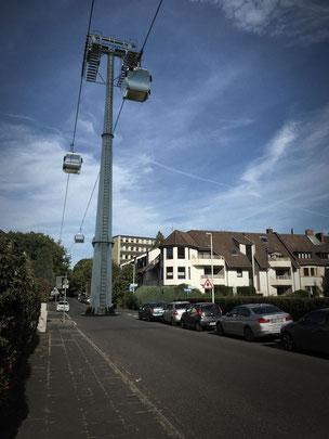 Die Urstadtstraße wird abgebunden; Seilbahnstütze auf der Fahrbahn