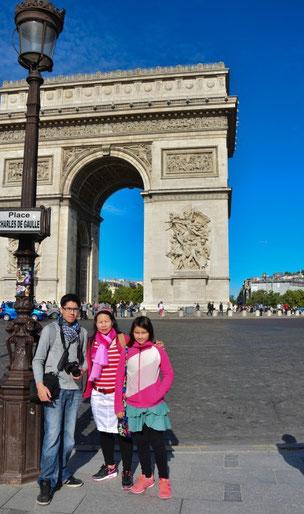 Beim Arc de Triomphe. Wenn du mehr von diesem wichtigen Pariser Wahrzeichen sehen möchtest, klicke einfach auf das Bild
