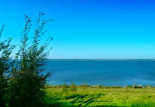 Cospudener See bei strahlendem Sonnenschein