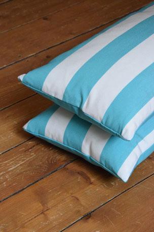 Kissenhülle  Outdoor Weiß Türkis gestreift 30x60cm  Die Kissenhüllen sind Outdoor geeignet. Flüssigkeiten perlen vom Stoff ab ist aber nicht wasserdicht bei Staunässe. Der Stoff ist Schimmelresistent. Die Hüllen wurden mit einem verdecktem Reißverschluss