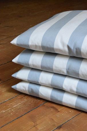 Kissenhülle  Outdoor Weiß grau 40x40cm  Die Kissenhüllen sind Outdoor geeignet. Flüssigkeiten perlen vom Stoff ab ist aber nicht wasserdicht bei Staunässe. Der Stoff ist Schimmelresistent. Die Hüllen wurden mit einem verdecktem Reißverschluss