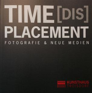 Katalog - Time(DIS)Placement / Hrsg. Stefan Zajonz anlässlich der internationalen Ausstellung für Fotografie und Neue Medien / Kunsthaus Troisdorf, 2016
